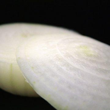 Usal a la cebolla como antiadherente en la cocina