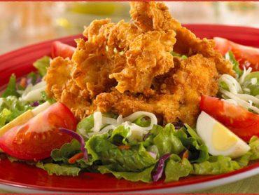 Pechugas de pollo fritas con verduras