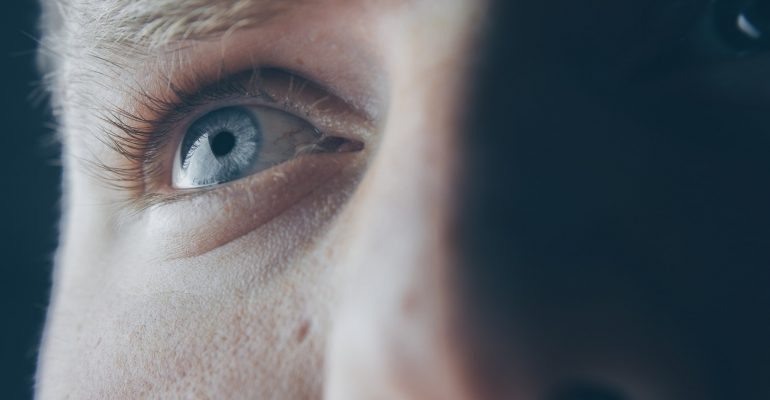 Cómo tratar la bolsa debajo de los ojos